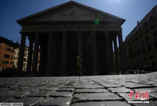 当地时间4月1日,一名士兵走过罗马市中心的万神殿纪念碑。