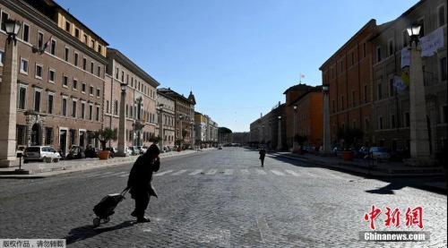 资料图:意大利把3月起实施的抗击新冠疫情的封锁措施,延长至4月13日。图为行人穿过空旷的罗马街头。(<a target='_blank' href='http://www.chinanews.com/' >中新网</a>)