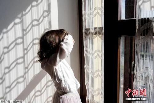 """资料图:意大利全国""""封城"""",图为两岁的孩子晒着太阳望向窗外。(<a target='_blank' href='http://www.chinanews.com/' >中新网</a>)"""