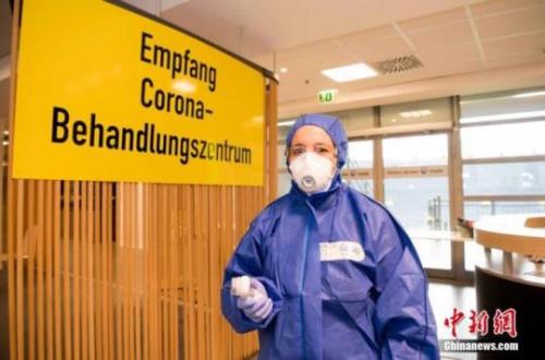 """4月3日,德甲多特蒙德俱乐部宣布,从4日起在其主场西格纳伊杜纳公园球场设立""""治疗中心"""",用于新冠病毒疑似患者的检测和确诊病例分诊。西格纳伊杜纳公园球场可容纳8.1万球迷,是德国最大的足球比赛场馆。 中新社发 多特蒙德足球俱乐部 供图"""
