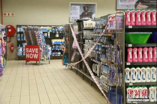"""当地时间4日1日,南非约翰内斯堡一家超市内,凡属于南非政府规定的必需商品名录以外的物品,均被列为""""禁止购买"""",并被拉上封条。<a target='_blank' href='http://www.chinanews.com/'>中新社</a>记者 王曦 摄"""