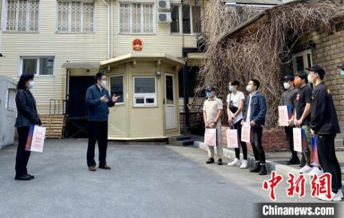 当地时间5月2日,中国驻符拉迪沃斯托克总领馆举行简短仪式,向领区所有在校中国留学生和孔子学院教师发放健康包。中国驻符拉迪沃斯托克总领事闫文滨(左二)在发放健康包时讲话。 中国驻符拉迪沃斯托克总领馆 供图 中国驻符总领馆 摄