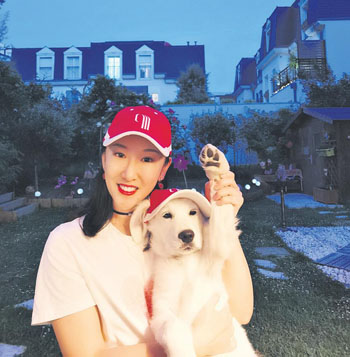 Claire为狗狗改了一顶同款的小红帽。(图片来源:欧洲时报)