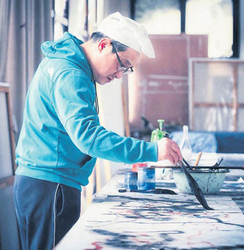 蒋山青在创作画作。