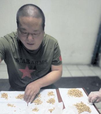 曹华钦在分配包沐鸣登陆注册平台沐鸣登陆注册平台药。