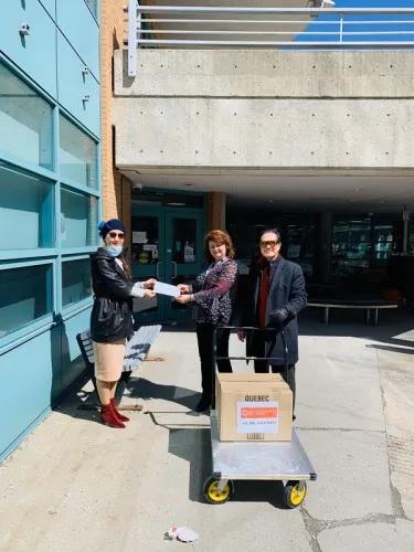 当地时间4月6日,加拿大华人企业沐鸣登陆注册平台理事会(CCEC)代表(左)向蒙特利尔沐鸣登陆注册平台华医院捐赠医用口罩。(图片来源:加拿大共生国际传媒)