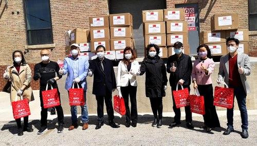 """当地时间5月7日,中华海外联谊会和中国驻芝加哥总领馆向当地华人捐赠""""健康包""""仪式在芝加哥华埠举行。 (张大卫 摄)"""