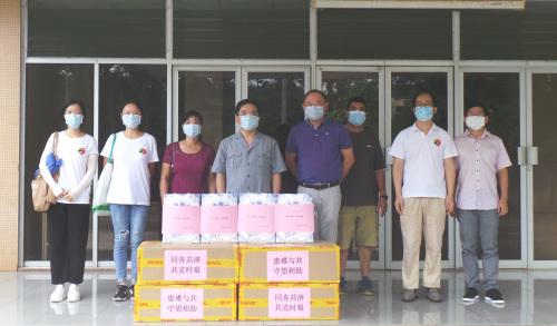 驻桑给巴尔总领馆向在桑华侨华人发放口罩。