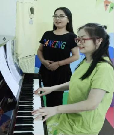 外派教师在弹钢琴。受访者供图