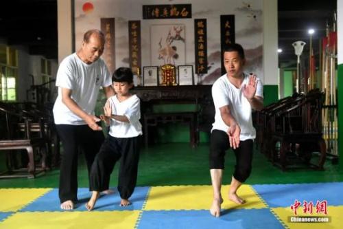余丹秋指导9岁的郑施泽学习鸣鹤拳。吕明摄