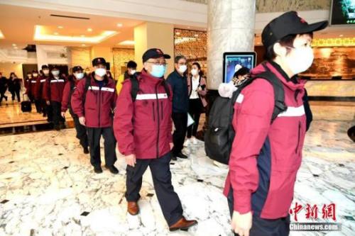 3月25日,由14名专家组成的中国第三批赴意大利抗疫医疗专家组从福建福州出发。专家组将抵达意大利米兰,在中国外交部驻意大利使领馆统筹安排下,主要在意大利托斯卡纳大区协助应对新冠肺炎疫情。图为专家组准备出发前往机场。<a target='_blank' href='http://www.chinanews.com/'>中新社</a>记者 王东明 摄 3月25日,由14名专家组成的中国第三批赴意大利抗疫医疗专家组从福建福州出发。专家组将抵达意大利米兰,在中国外交部驻意大利使领馆统筹安排下,主要在意大利托斯卡纳大区协助应对新冠肺炎疫情。图为专家组准备出发前往机场。<a target='_blank' href='http://www.chinanews.com/'>中新社</a>记者 王东明 摄