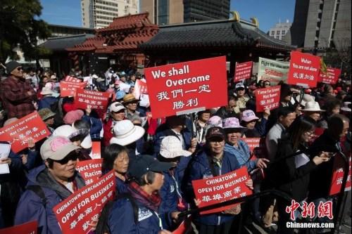 当地时间2月29日,民众在旧金山参加反歧视游行,反对因为新型冠状病毒而歧视华裔人口的行为,支持中国及全球的抗击疫情行动。<a target='_blank' href='http://www.chinanews.com/'>中新社</a>记者 刘关关 摄