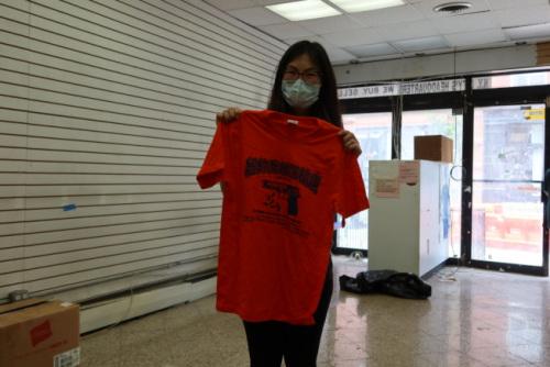 华裔顾客赶在最后一天购买纪念T恤。(记者张晨/摄影)