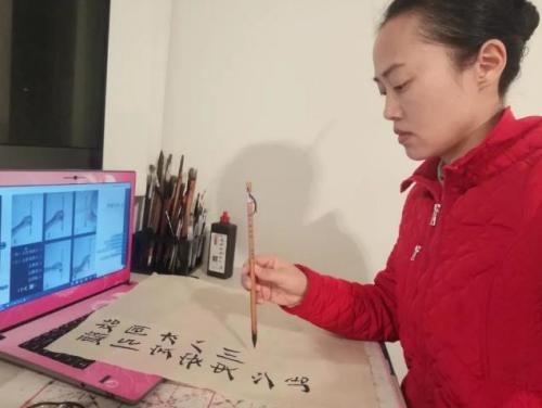 澳大利亚华夏文化学校陈碧媛老师练习正确的握笔姿势