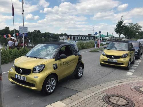 印有乐本速递Logo的配送Smart小车。(《欧洲时报》/受访者供图)