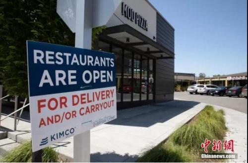"""当地时间5月9日,美国硅谷腹地库比蒂诺商圈的出入口挂上了""""餐馆营业,只能外卖或自取""""的标识。<a target='_blank' href='http://www.chinanews.com/'>中新社</a>记者 刘关关 摄"""