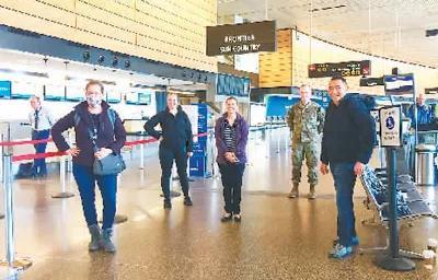 在西雅图塔科马国际机场,侯朋(右一)和其他支援纽约的医护人员整装待发。(人民日报海外版)