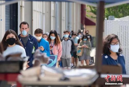 资料图:当地时间5月22日,市民在美国旧金山湾区圣马特奥县米尔斯高中的免费食物发放点领取食物。 <a target='_blank' href='http://www.chinanews.com/'>中新社</a>记者 刘关关 摄