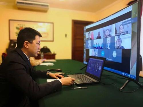 中国驻秘鲁大使梁宇感谢专家组来秘支援抗疫工作。