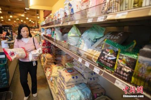 资料图:当地时间2月28日,市民在旧金山湾区福斯特城一家华人超市里购买大米。 <a target='_blank' href='http://www.chinanews.com/'>中新社</a>记者 刘关关 摄
