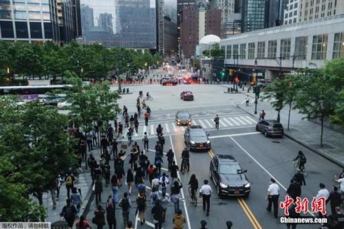 当地时间5月28日,美国纽约,民众在街头聚集举行抗议示威活动。