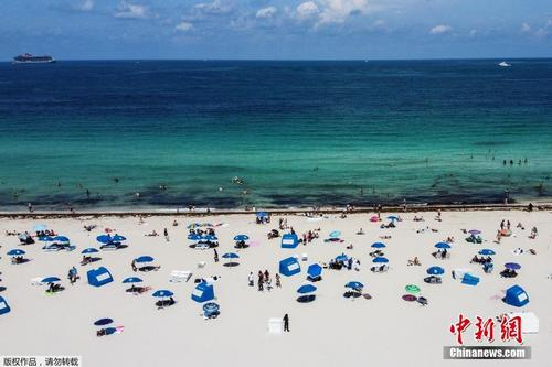 迈阿密海滩重新开放 民众享受沙滩阳光