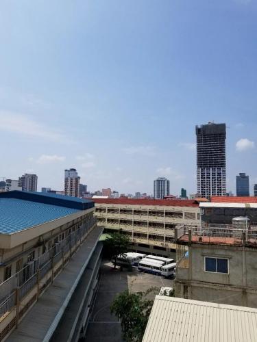 从外派教师宿舍楼窗口望出去,柬埔寨端华学校的校园一角。受访者供图