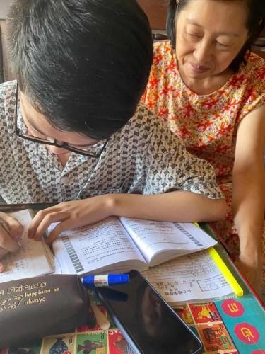 端华学校专修级学生李建立同学和妈妈一起学中文。受访者供图