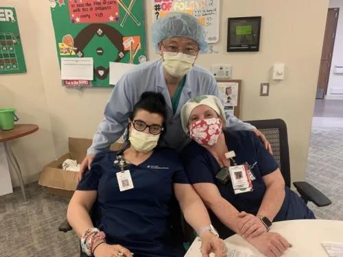 华人医生刘心和他的美国同事。(美国侨报 )