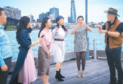 余俊武(右一)带领悉尼华星艺术团成员排练节目。