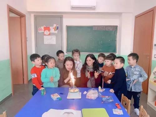 资料图:徐跃娉和意大利中意学校的孩子们一起庆祝生日。(受访者供图)