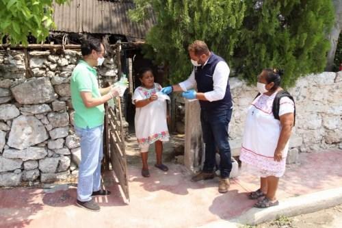 图为白义与当地政府官员一同走进玛雅村落派送防防疫物资,帮助当地村民防疫。受访者供图。