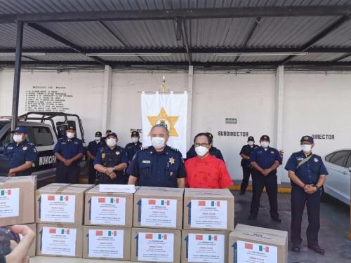 图为墨西哥尤卡坦半岛华人华侨联合会向梅里达市政府捐赠一次性医用口罩20000个,市警察局局长代表市政府接收捐赠。受访者供图。