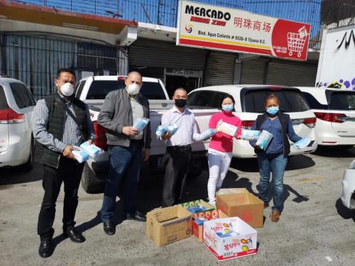 图为梁绮梅代表超市向当地政府和第一线工作人员捐赠医疗物资。受访者供图。