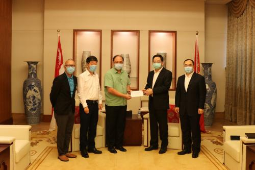 新加坡华社向病逝中国务工人员的遗属捐款。(来源:中国驻新加坡大使馆网站)