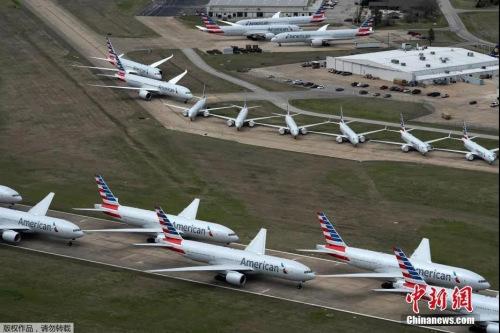 为应对新型冠状病毒的传播,航班减少,在美国俄克拉荷马州塔尔萨的塔尔萨国际机场的跑道上停满了飞机。