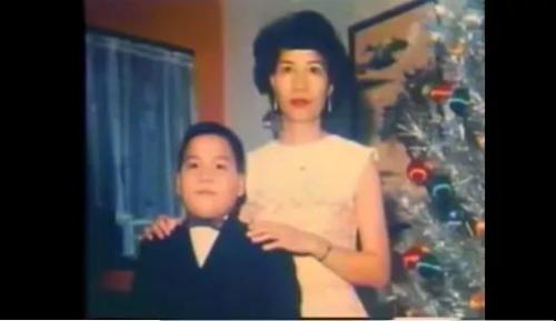 少年陈果仁与养母。图片来源:纪录片《谁杀了陈果仁》