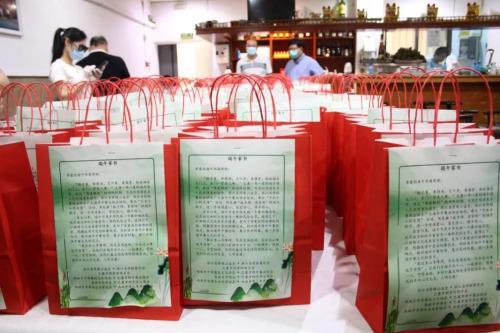 """每一份粽『子』被装『在』红『色』的纸袋里,纸袋『上』还有『一』封""""端午家书""""。(受访者供图)"""