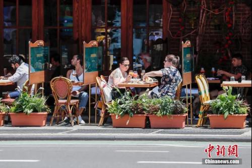 当地时间6月22日,纽约曼哈顿一家餐厅,顾客在户外用餐。当日,纽约市按预定计划进入第二阶段重启,市政府预计将有约30万人重返工作岗位。<a target='_blank' href='http://www.chinanews.com/'>中新社</a>记者 廖攀 摄