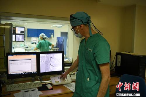 5月29日,吉林长春,拉瓦若查看病人的心脏造影。<a target='_blank' href='http://www.chinanews.com/'>中新社</a>记者 张瑶 摄