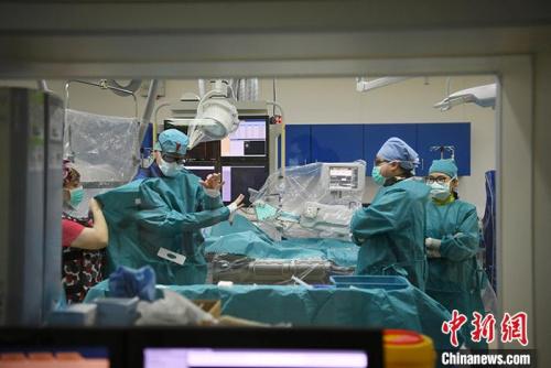 5月29日,吉林长春,拉瓦若(左二)准备进行手术。<a target='_blank' href='http://www.chinanews.com/'>中新社</a>记者 张瑶 摄