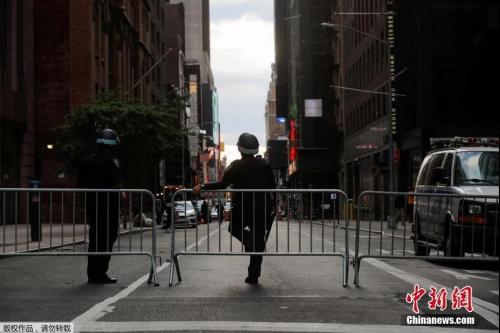 当地时间6月2日起,美国纽约的宵禁时间将有之前的晚间11点更改为每天晚8点至次日早5点,并将宵禁延长至6月7日。