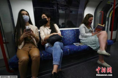 当地时间6月15日,英国伦敦,乘客戴口罩乘坐地铁出行。据报道,英国政府4日宣布,从6月15日起,在公共交通工具上将强制要求乘客戴口罩。