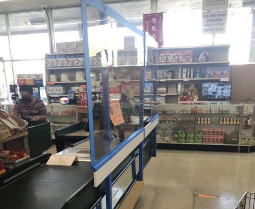 超市收银台都有透明的遮板,图为一家越南超市。