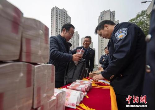 资料图:江西新余警方为13个省市受害者发还160万元网络诈骗赃款。赵春亮 摄