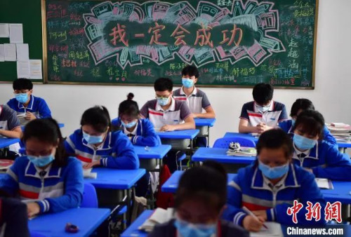 图为福州第七中学的学子们正在紧张学习备战高考。 张斌 摄