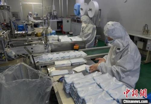 江西进贤县一家口罩生产企业正在加大马力生产。(资料图) 万朝晖 摄