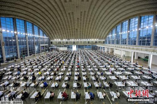 """塞尔维亚博览会大厅变考场 学生戴口罩参加""""高考"""""""
