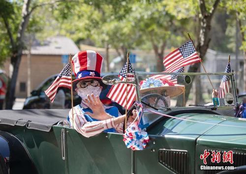 美国旧金山湾区小城举办独立日车队巡游