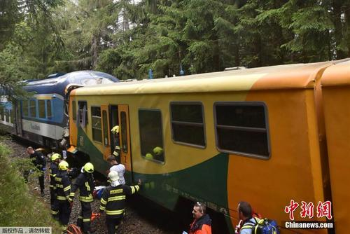 捷克西北部两列火车相撞 致至少2人死亡24人受伤